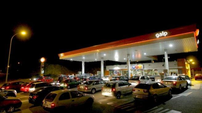 Colas de vehículos en una gasolinera por temor al desabastecimiento durante la huelga de transportistas. (EFE)