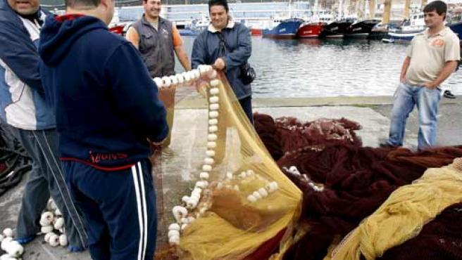 Pescadores de Santoña recogen las redes (EFE).