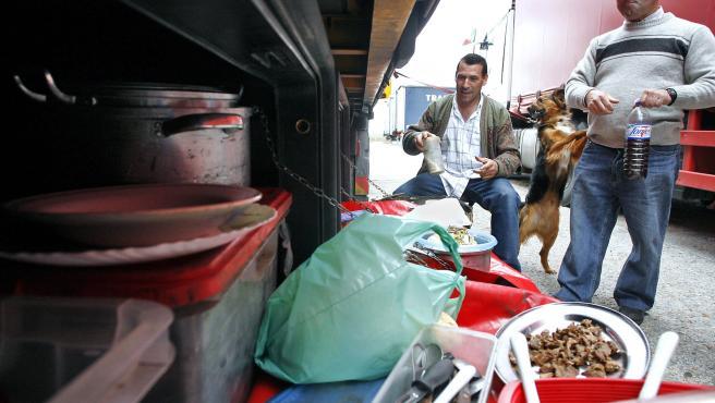 Unos camioneros se disponen a almorzar en la campa de la frontera en Fuentes de Oñoro, entre España y Portugal.