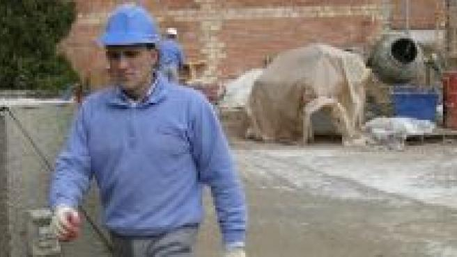 Un trabajador camina por una obra. (ARCHIVO)