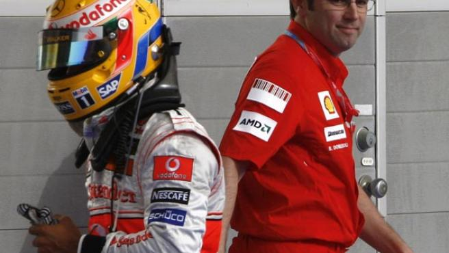 Lewis Hamilton se cruza con Stefano Domenicali, director general de Ferarri. (REUTERS)
