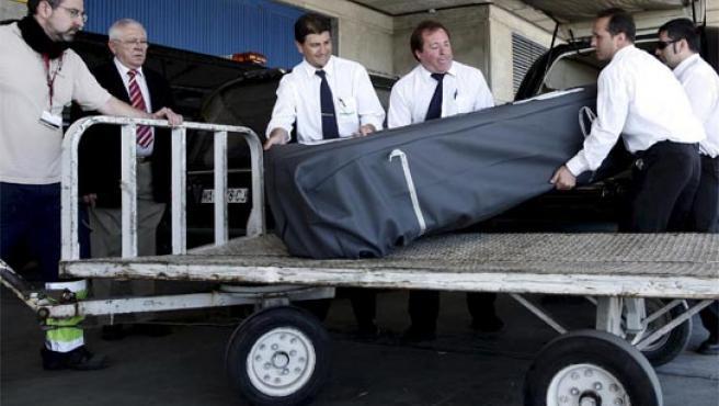 Los cuerpos de los fallecidos en el accidente de autobús de Benalmádena al llegar al aeropuerto de Málaga.
