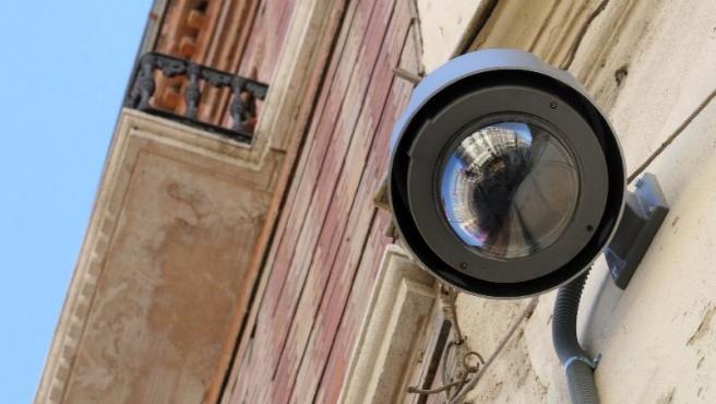 Una de las cámaras instaladas en la zona Centro de la capital. (J. P.)