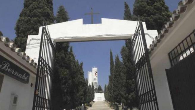 Vista de la entrada al cementerio Virgen del Carmen de Marbella (Málaga).