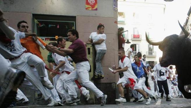 Los mozos corren en un encierro de los Sanfermines.