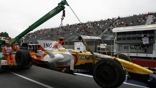 El R28 de Alonso, llevado en grúa (REUTERS)
