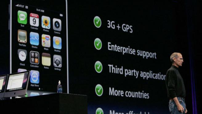 Steve Jobs explica las características del iPhone 3G.