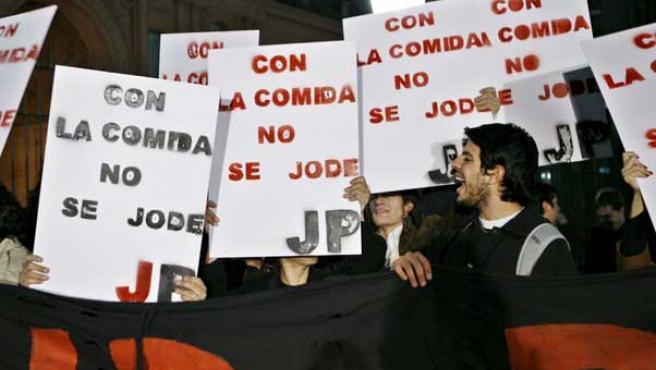 Manifestantes afines a la presidenta de Argentina gritan cánticos a su favor en las afueras de la Casa Rosada en Buenos Aires. (EFE)