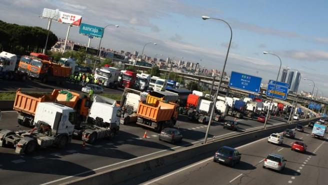 La huelga de los transportistas colapsa las principales vías de acceso a Madrid (JORGE PARÍS)