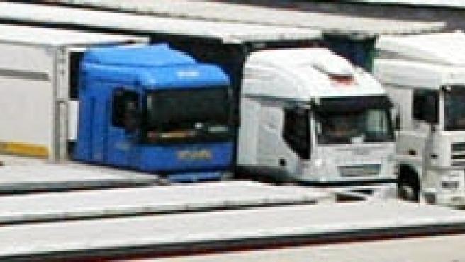 Aproximadamente 200 camiones permanecen parados con motivo de la huelga de transportistas en Fuentes de Oñoro, en la frontera entre España y Portugal.