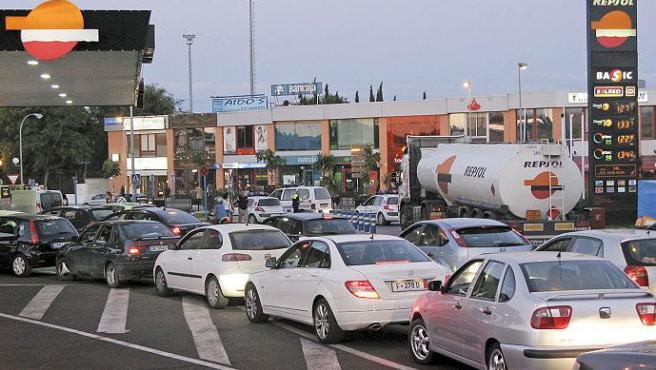 Una fila de vehículos hace cola para repostar