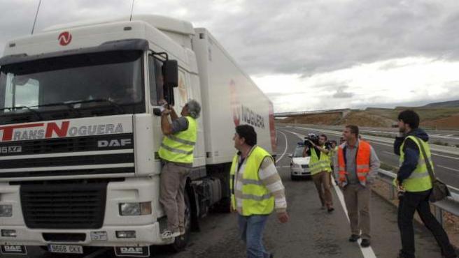 Camioneros en huelga paran a un vehículo pesado en el acceso Norte de la autovía A-23 a la ciudad de Teruel. EFE/F.M