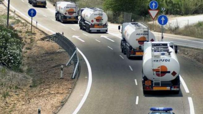 La Guardia Civil escolta a varios camiones en su paso por Jaén (JOSÉ PEDROSA / EFE).