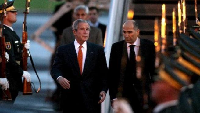 George W. Bush (izda) y el primer ministro esloveno, Janez Jansa (dcha) en Liubliana. (Foto: EFE)