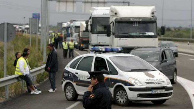 La Policía Nacional impide el paso a una caravana de camiones a la refinería de BP-Oil en el Polígono de El Serrallo de Castellón (DOMENECH CASTELLÓ / EFE)