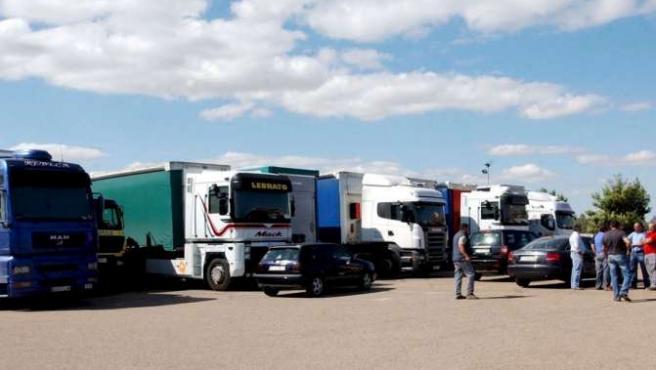 Unos cien camioneros se concentran en la frontera de Caya que une a España y Portugal, por Badajoz, para secundar la huelga. EFE