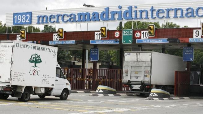 Camiones entrando en el mercado mayorista Mercamadrid. (EFE)