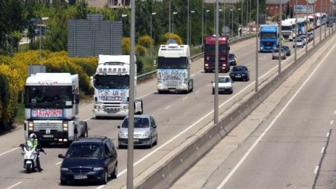 La cola de camiones circula por la ronda de Valladolid.