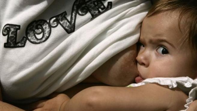 Bebé tomando el pecho(ARCHIVO)