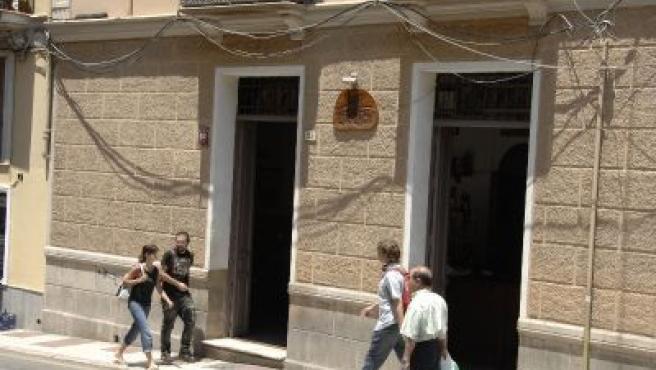 En la calle Ollerías es una estampa habitual ver cables descolgados de las fachadas de los edificios.