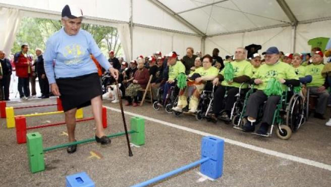 Una anciana participa en el circuito con su bastón.