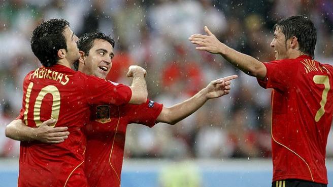 Cesc Fábregas, Xavi Hernández y David Villa con la selección española.