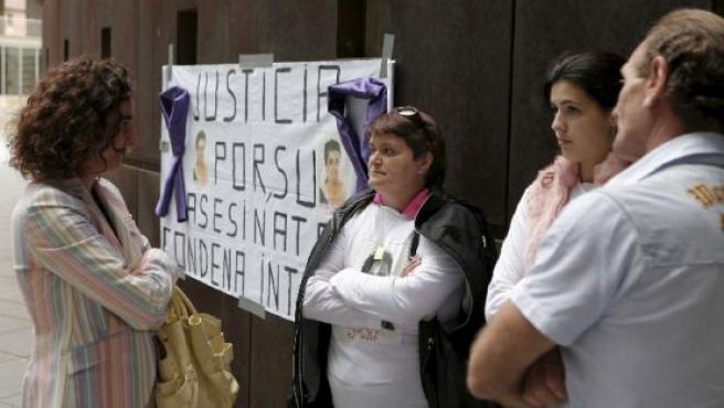 Familiares de Desirée Prieto a la puerta de la Audiencia.