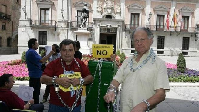 Jesús Otero (dcha.) en una protesta contra los parquímetros. (J. P.)