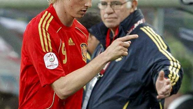 Fernando Torres, contrariado al pasar por delante de Aragonés. (Efe)