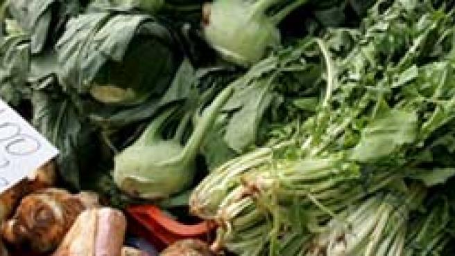 Puesto de verduras y hortalizas en un mercado.