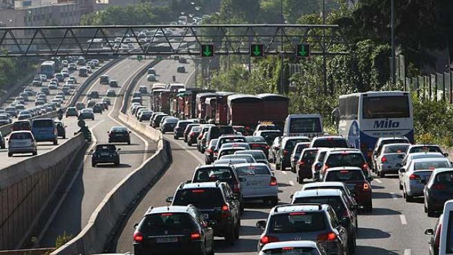 Una veintena de camiones complica la entrada, hoy miércoles, por la A-6 (A Coruña). (Foto: J. París)