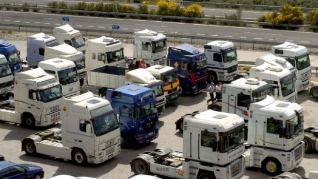 Un centenar de camiones y unos 200 camioneros se concentran en la venta La Nava de Iznalloz (Granada). (Foto: Juan Ferreras / EFE)