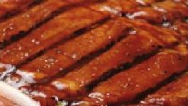 Un filete de carne en un plato.