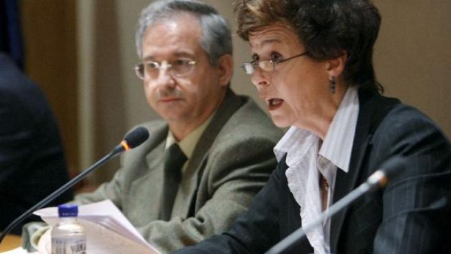 La presidenta del CSN, Carmen Martínez Ten y el alcalde de Ascó (Tarragona), Rafael Vidal, en rueda de prensa. (JUAN M. ESPINOSA/EFE)