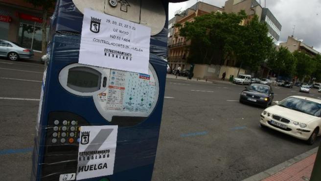 Los parquímetros de Madrid, precintados por los piquetes. (J. PARÍS)