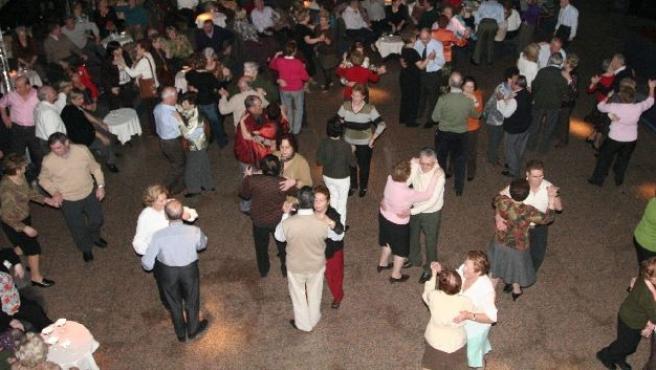 Un grupo de personas bailan en una fiesta. (ARCHIVO)