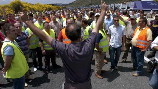 Un centenar de camiones y unos 200 camioneros cortan la A-44 en la venta La Nava de Iznalloz (Granada) (EFE)