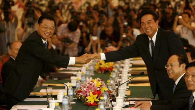 El presidente de la Fundación de Intercambios del Estrecho por Taiwán , Chiang Pin-kun, saluda a su contraparte china, Chen Yunlin. (EFE)