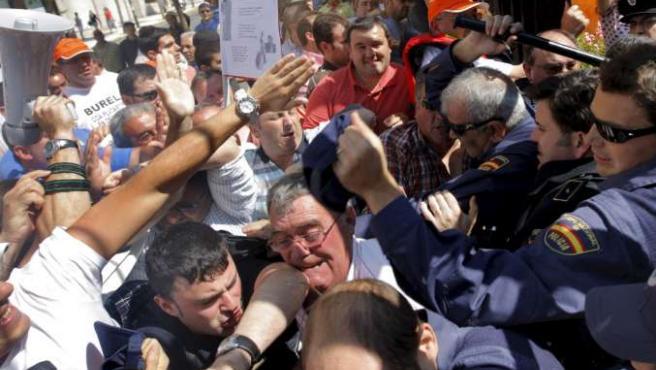 La Policía cargó contra los armadores y marineros que intentaron acceder al Parlamento.