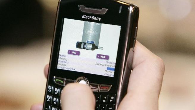 Blackberry con dispositivo para comprar y conocer vinos.