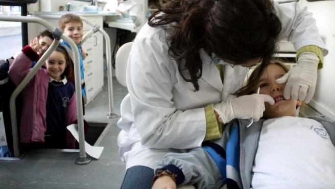 Las revisiones dentales anuales ayudan a prevenir las caries.