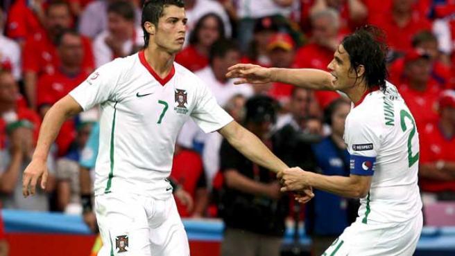 Cristiano Ronaldo, de blanco, pero con Portugal en La Eurocopa (EFE).