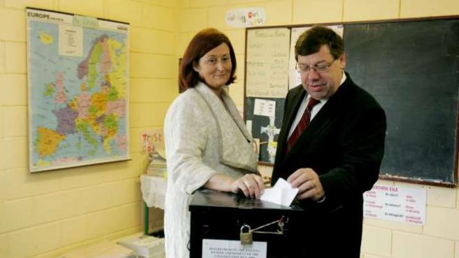 El primer ministro irlandés, Brian Cowen, y su esposa, Mary, depositan su voto en un colegio electoral de Co Offaly. EFE/A.C