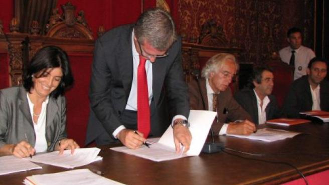 Firma del Consorcio que gestionará el canal público por los alcaldes implicados.
