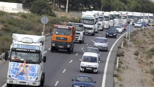 Medio centenar de camiones viajan de El Ejido a Motril en señal de protesta. (ARCHIVO)