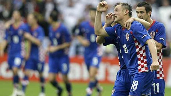 Ivica Olic (d) celebra su gol con un compañero. (Reuters)