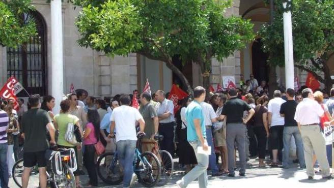 Un momento de la protesta ante el Ayuntamiento.