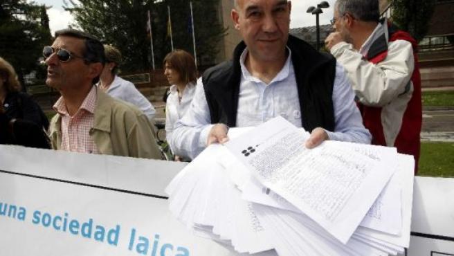 Representantes de Escuela Laica muestran las firmas que entregaron.
