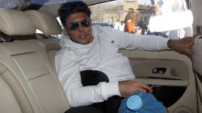 Ronaldo, antes de entrar en el hospital para ser operado. (Reuters)