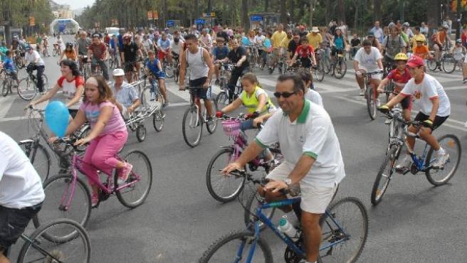 Ciudadanos en una marcha ciclista por la ciudad. (ARCHIVO)